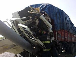 Çankırı'da direğe çarpan kamyonun sürücüsü hayatını kaybetti