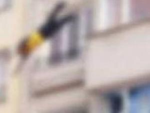 Balkondan düşen tansiyon hastası kadın, öldü