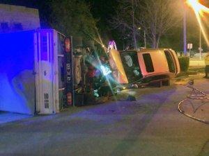 Adliyenin park alanına girdi, park halindeki kamyoneti devirdi