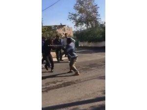 Sokak ortasında darp edilen kişinin bu defa vatandaşlara saldırırken görüntüleri ortaya çıktı