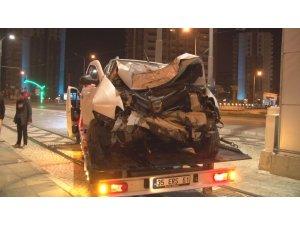 İzmir'de otomobil üst geçidin ayağına çarptı: 1 yaralı