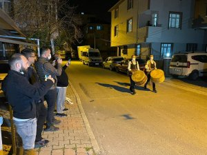 Sultanbeyli'de vatandaşlar ilk sahura davul sesleriyle uyandı