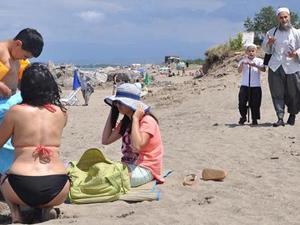 Halk plajında kadınlara 'Kapanın' broşürü