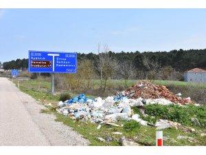 Sinop'ta yeşillik alanları kaçak döküm sahasına çevirdiler