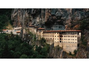 Sümela Manastırı'nda ağır kış şartları nedeniyle duran restorasyon çalışmalarına yeniden başlandı