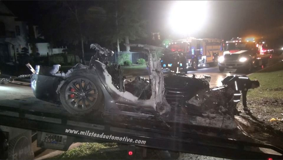 Sürücüsüz Tesla aracında kaza… İki kişi hayatını kaybetti