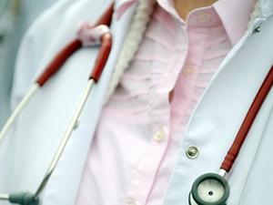 Hastasını ziyarete geldi doktoru dövdü