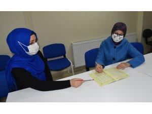 Kadınlar Yunusemre'nin kurslarında Kur'an-ı Kerim okumayı öğreniyor