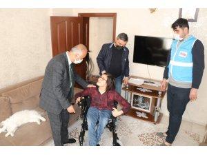 Siirt Belediyesinden engelli gence akülü sandalye hediyesi