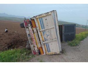 Şırnak'ta konteyner yüklü tır devrildi: 1 yaralı