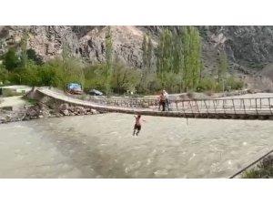 Asma köprüden Çorun nehrine korkutan atlayış