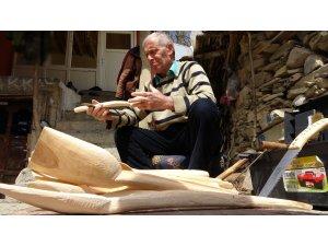Dede mesleği tahta kaşık yapımını 38 senedir sürdürüyor