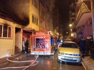 Müstakil evde korkutan yangın: Alevlerin ortasında kalan yaşlı kadın hastaneye kaldırıldı
