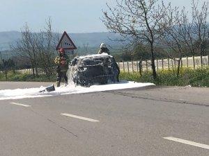 Bursa'da seyir halindeyken alev alan otomobil yandı
