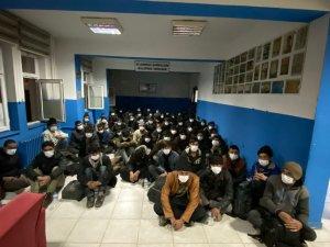 15 kişilik minibüsten 68 düzensiz göçmen çıktı