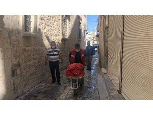 İhtiyaç sahibi ailelere dağıtılan patates ve soğanlar kapıda teslim ediliyor