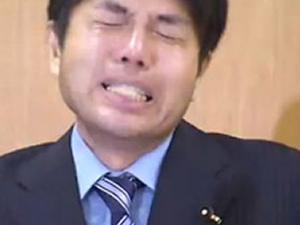 Yolsuzluk iddiaları Japon politikacıyı çocuk gibi ağlattı