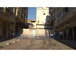 Zeytinburnu'nda çöken binanın çevresi güvenlik amaçlı barikatlarla kapatıldı