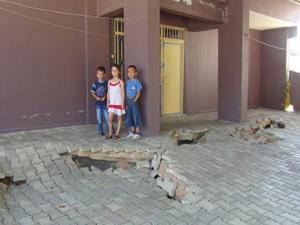 Zemindeki çökme, evlere zarar veriyor