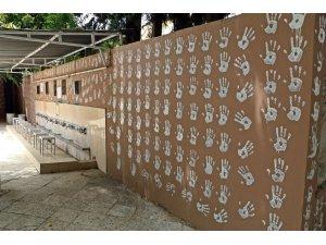 'Kimse birbirine selam vermiyordu' deyip caminin duvarlarını el izleriyle dolduran genç serbest