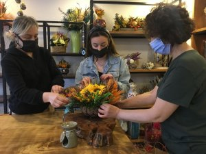 Kuru çiçek tasarlayan annelerin ürünlerine yoğun ilgi