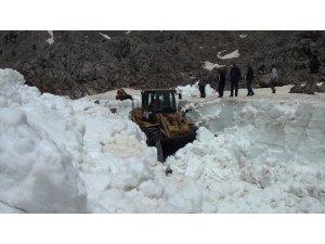 Antalya'da Mayıs ayında boyu 2,5 metreli bulan karla mücadele