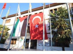 Belediye binasına Türk bayrağının yanına devasa Filistin bayrağı asıldı