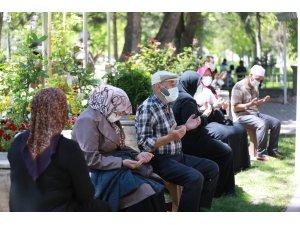 Başkan Palancıoğlu şehitlikte dua etti