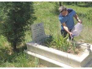 Oğullarının mezarına su dökmek için yardım istedikleri polis bakın ne yaptı