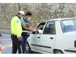 Polis ekipleri sürücülere şeker ikram etti