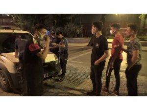 Taksiyle kısıtlamayı delen gençler rahatlıklarıyla pes dedirtti