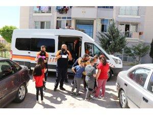 Sokaktaki çocuklar şekerleri verilip maskeleri takıldıktan sonra evlerine gönderildi