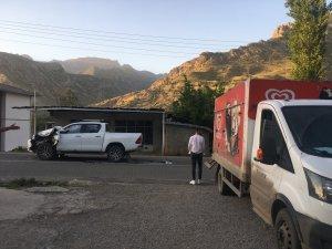 Markete giden çocuklar kaza yapan araçların altında kalmaktan son anda kurtuldu