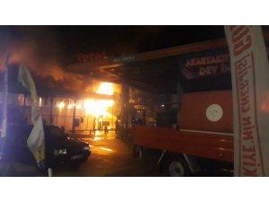 Yangın toptan perakende mağazasını küle çevirdi