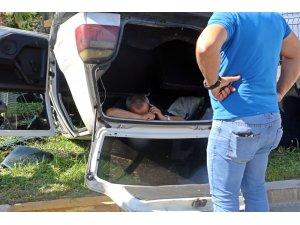 Sıkıştığı ters dönen aracın içinde cep telefonunu elinden bırakmadı