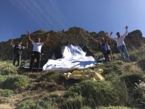 Gercüş'te taraftarlar Beşiktaş bayrağını ilçenin en yüksek tepesine astı