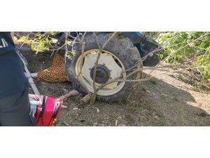 Eşinin kullandığı traktörün altında kalan kadın öldü