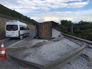 Devrilen mıcır yüklü kamyon hem D-100'ü hem tren yolunu kapattı