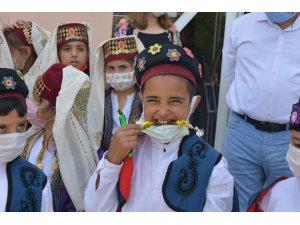 İlkokul öğrencileri Mesir Macunu saçtı
