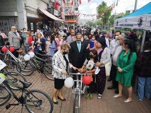 Kartal'da dünya çevre gününde çocuklara bisiklet hediye edildi