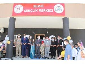 Vali Pehlivan, Silopi'de gençlerle türkü söyledi