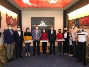 Ağrı Milli Eğitim Müdürü Tekin, yarışmalarda başarılı olan öğrencileri ödüllendirdi