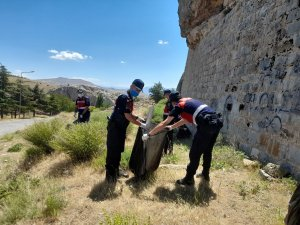 Jandarma ekipleri, çevre temizliği yaparak örnek oldu