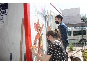 Çocukların mahalle parkına çizdiği resimler büyük beğeni aldı