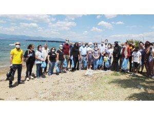 Dünya Çevre Günü'nde plajda çöp topladılar