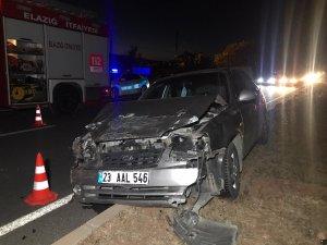 Elazığ'da iki araç çarpıştı, biri refüje çıktı