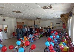 Tamir ettikleri bisikletleri ihtiyaç sahibi çocuklara dağıttılar
