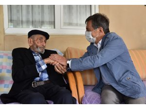 Başkan Ataç, asırlık Mehmet dedeyi ziyaret etti