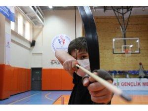 Gençler pandeminin stresinden kurtulmak için okçulukla soluk alıyor