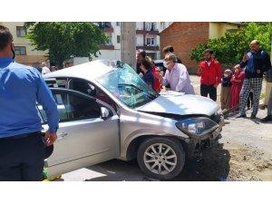 Otomobil beton direğe çarptı: 3'ü çocuk 4 yaralı